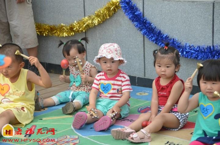 宏福苑幼儿园亲子小班组的乐器表演
